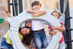 Grupo de crianças que têm o divertimento no parque Fotos de Stock Royalty Free