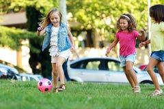 Grupo de crianças que têm o divertimento no parque Fotografia de Stock