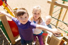 Grupo de crianças felizes no campo de jogos das crianças Fotografia de Stock Royalty Free