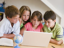 Grupo de crianças novas que fazem seus trabalhos de casa Fotos de Stock