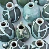 Grupo de crisoles de cerámica blancos y negros. Foto de archivo