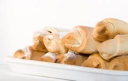 Grupo de croissants frescos na bandeja Imagens de Stock