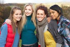 Grupo de cuatro amigos femeninos adolescentes en otoño Imagen de archivo libre de regalías
