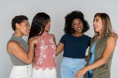Grupo de cuatro amigos de la minoría Fotografía de archivo
