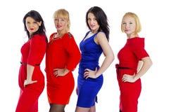 Grupo de cuatro atractivos, mujeres felices jovenes hermosas Aislado en whi fotos de archivo