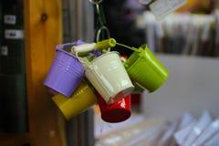 Grupo de cubetas coloridas pequenas para o bordado, venda na exposição fotos de stock royalty free