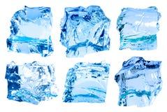 Grupo de cubos de gelo azuis profundos isolados no branco Imagem de Stock
