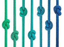 Grupo de cuerdas con los nudos en fila foto de archivo