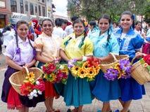 Grupo de dançarinos bonitos das meninas vestidos como cuencanas na parada para crnival imagem de stock
