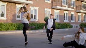 Grupo de dançarinos da rua do hip-hop que fazem uma mostra no verão video estoque