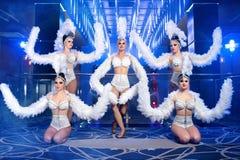Grupo de dançarinos fêmeas bonitos nos trajes brancos do carnaval Imagem de Stock