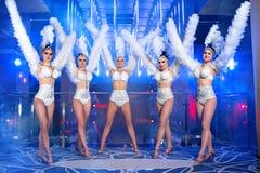 Grupo de dançarinos fêmeas bonitos nos trajes brancos do carnaval foto de stock royalty free