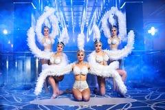 Grupo de dançarinos fêmeas bonitos nos trajes brancos do carnaval Fotos de Stock