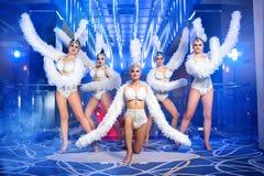 Grupo de dançarinos fêmeas bonitos nos trajes brancos do carnaval Fotografia de Stock