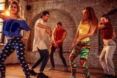 Grupo de dançarinos modernos da ruptura do artista da rua do hip-hop que dançam em t imagens de stock royalty free
