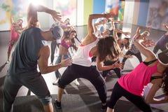 Grupo de dançarinos no treinamento da aptidão fotos de stock royalty free