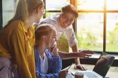 Grupo de desenhistas diversos que têm um conceito da reunião Equipe dos designer gráficos que têm uma reunião no escritório fotos de stock royalty free
