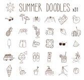Grupo de 31 desenhos do verão Ícones tirados mão da garatuja do vetor Praia, férias, alimento sazonal e bebida, illustratio do ve ilustração do vetor