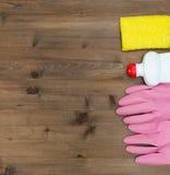 Grupo de detergentes en la tabla de madera Imagen de archivo