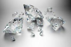 Grupo de diamantes en fondo gris imagen de archivo