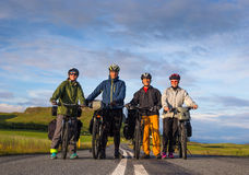 Grupo de dikers que sonríe en el camino durante islandés Imagen de archivo libre de regalías