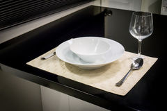 Grupo de Dinning na esteira tecida do couro branco na cozinha decorada com Imagens de Stock