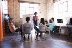 Grupo de diseñadores que tienen sesión de la reunión de reflexión en oficina Foto de archivo