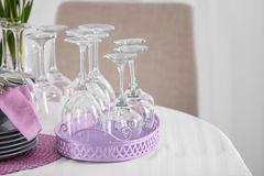 Grupo de dishware com os acessórios lilás na tabela foto de stock