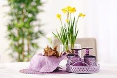 Grupo de dishware e de cutelaria com acessórios lilás foto de stock royalty free
