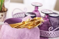 Grupo de dishware na bacia com guardanapo lilás fotos de stock royalty free