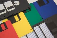 Grupo de diskettes coloreadas en el fondo blanco Imágenes de archivo libres de regalías