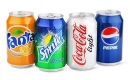 Grupo de diversas bebidas de la soda en las latas de aluminio aisladas en blanco
