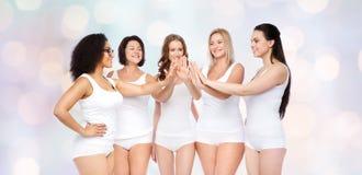 Grupo de diversas mujeres felices que hacen el alto cinco Foto de archivo libre de regalías