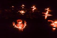 Grupo de Diya Oil Lamp adornada encendida en la estación del festival de Diwali en fondo negro Concepto de quitar oscuridad fotografía de archivo libre de regalías