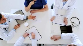 Grupo de doctores con el cardiograma en el hospital almacen de video