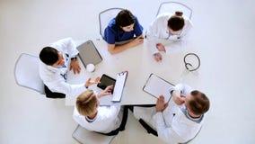 Grupo de doctores con el cardiograma en el hospital metrajes