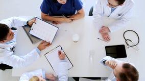 Grupo de doctores con el cardiograma en el hospital almacen de metraje de vídeo