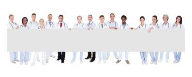 Grupo de doctores con el cartel foto de archivo libre de regalías