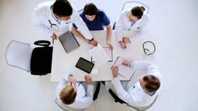 Grupo de doctores con informe médico en el hospital almacen de metraje de vídeo