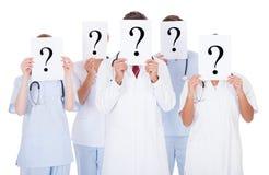 Grupo de doctores con la muestra del signo de interrogación Imágenes de archivo libres de regalías