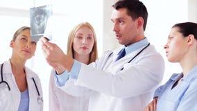 Grupo de doctores con las impresiones de la radiografía almacen de metraje de vídeo