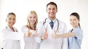 Grupo de doctores con los pulgares para arriba almacen de video