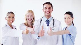 Grupo de doctores con los pulgares para arriba almacen de metraje de vídeo