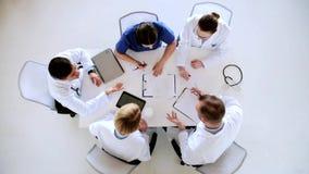 Grupo de doctores en conferencia en el hospital metrajes
