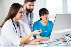 Grupo de doctores en el hospital imagenes de archivo