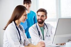 Grupo de doctores en la clínica fotografía de archivo
