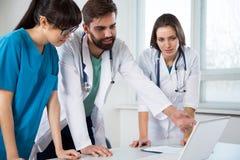 Grupo de doctores en la clínica fotos de archivo