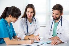 Grupo de doctores en la clínica imagen de archivo