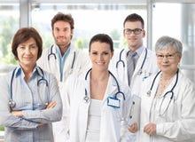 Grupo de doctores en pasillo del hospital Foto de archivo