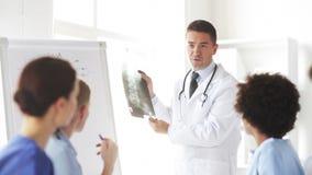 Grupo de doctores felices con la radiografía en el hospital almacen de metraje de vídeo